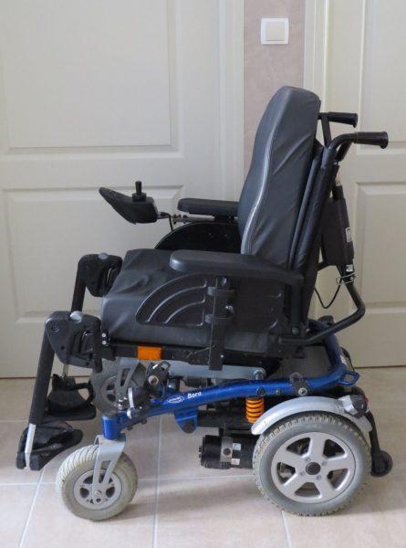 Fauteuil roulant électrique Bora d'Invacare de profil.