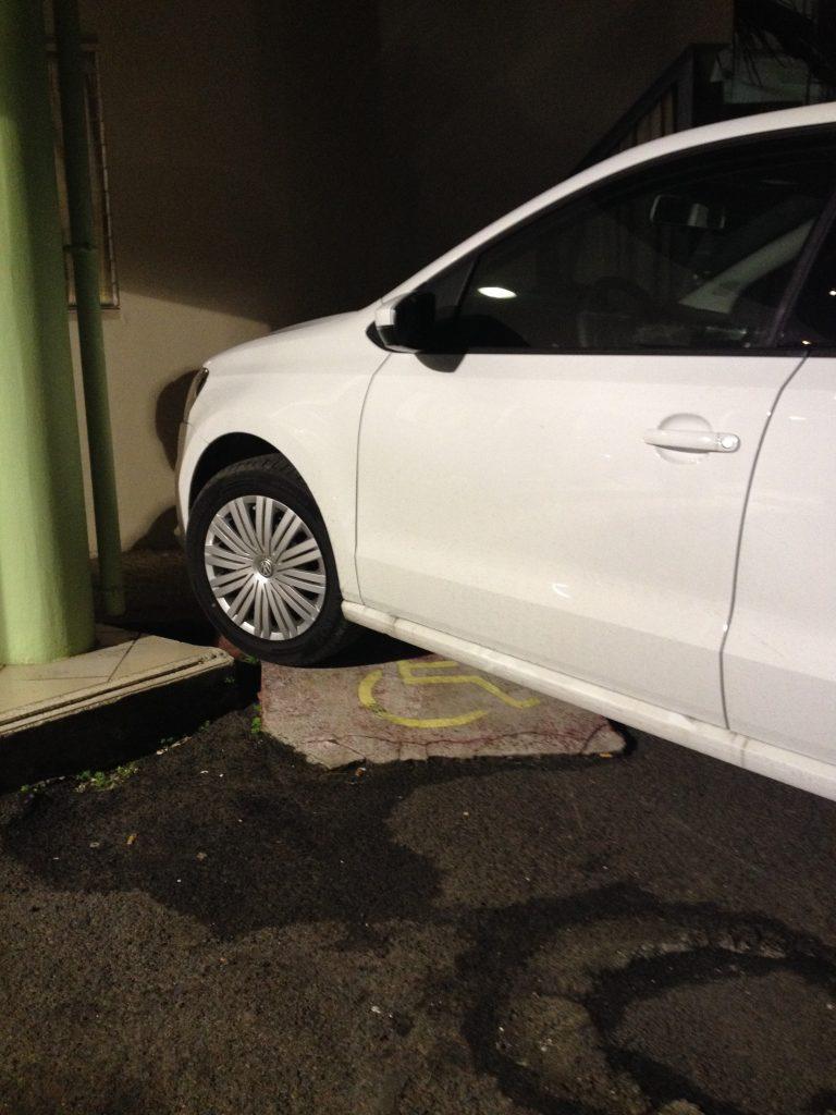 Rampe d'accès handicapée bloquée par une voiture