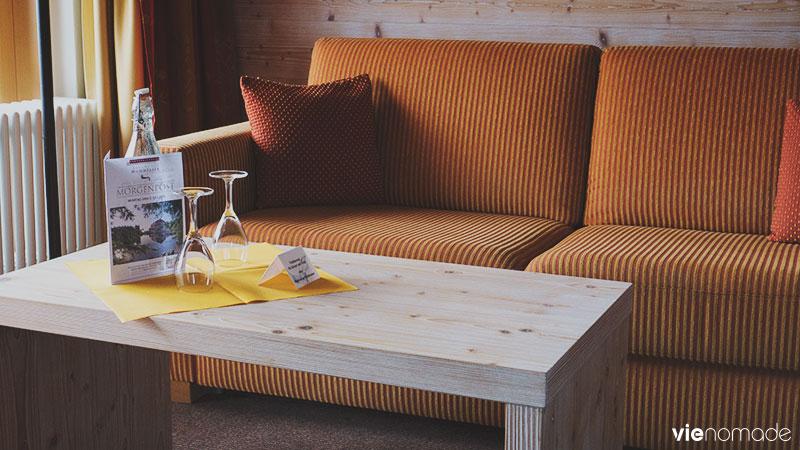 La chambre de l'hotel mummelsee possède un grand canapé.