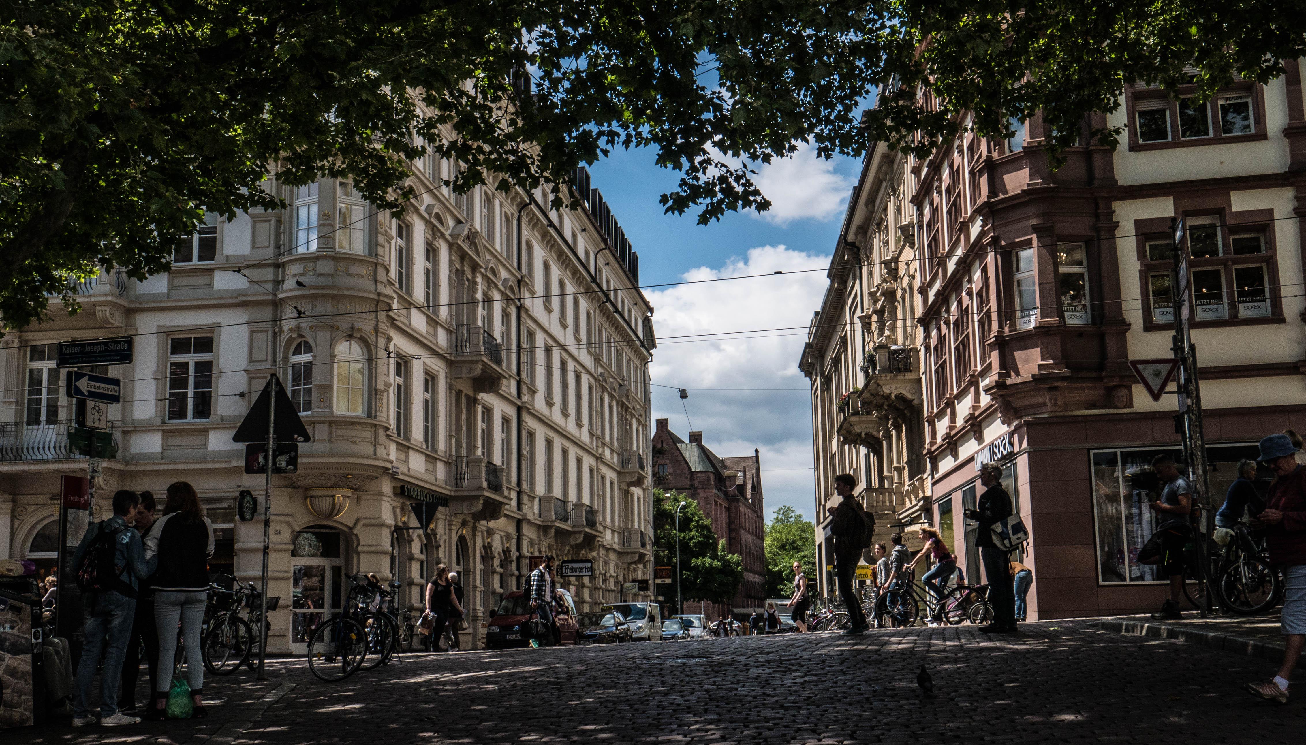 Les rues animées de Freiburg en Allemagne.