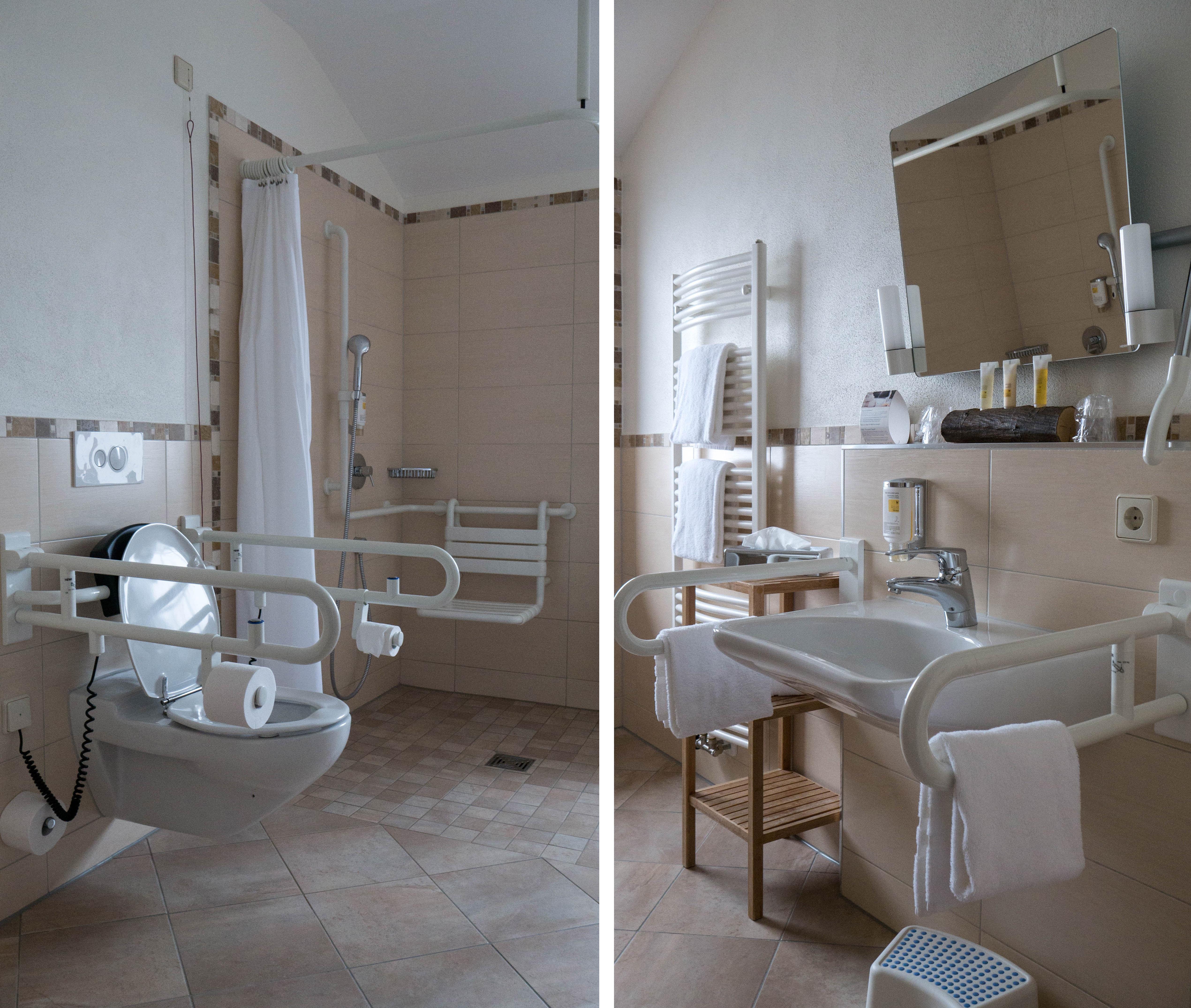 Voici la salle de bain adaptée de l'hôtel Mummelsee.