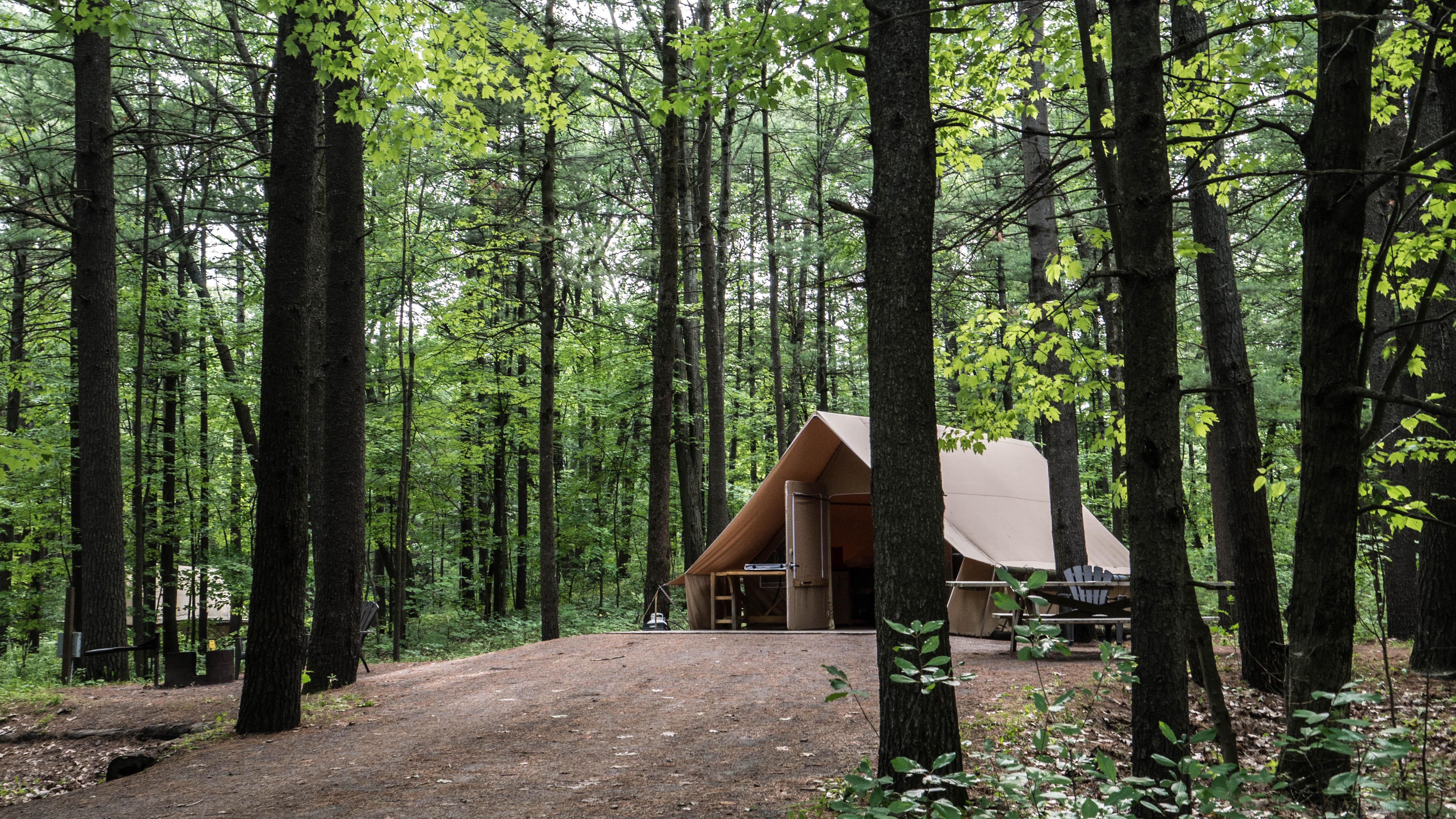 Au parc d'Oka, certaines tentes sont accessibles en chaise roulante.