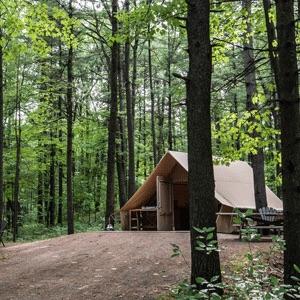 Le camping d'Oka a des tentes accessibles en fauteuil roulant.